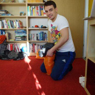 Philipp verpackt seinen Schlafsack