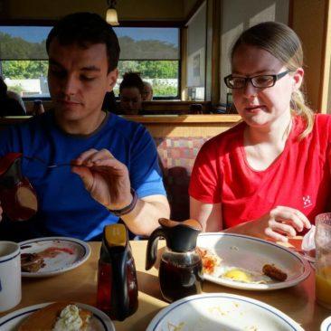 Katerina und Philipp beim Vertilgen der letzten Reste des Frühstücks