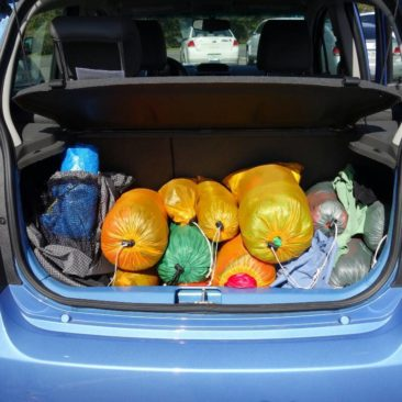 Unsere Ausrüstung im Kofferraum des Mietwagens