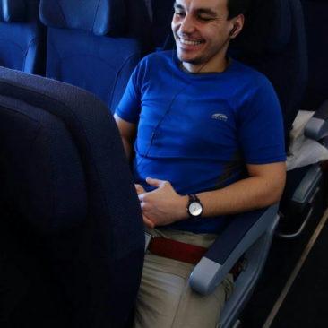 Philipp lacht im Flugzeug
