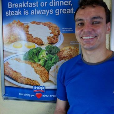 Philipp vor einem passenden IHOP Plakat