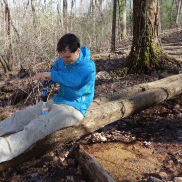 Philipp beim Wasser filtern