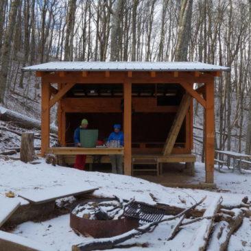 Eingeschneite Shelter am nächsten Morgen