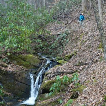 Der Weg führt manchmal auch an Wasserfällen entlang