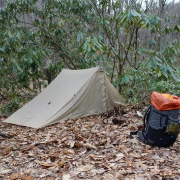 Der beengte Zeltplatz lässt das Anspannen der Vorzelte nicht zu