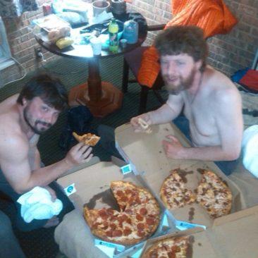 Hungrige Hiker, bei Pizza und Bier