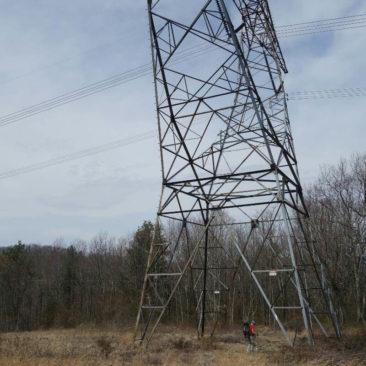 Wegführung unter der Stromleitung entlang