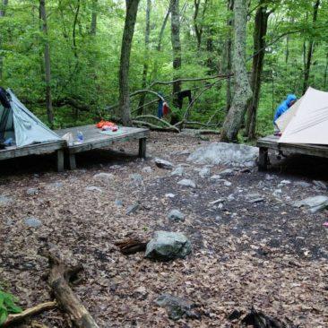 Unsere erste Begegnung mit hölzernen Zeltplattformen