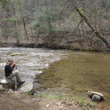 Wasserfiltern ist essentiell, obwohl einige Wanderer das Wasser auch ohne Behandlung trinken