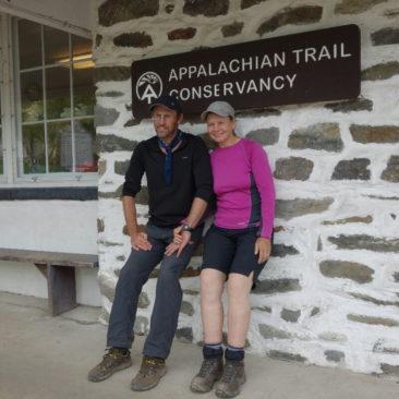 Crunchie (rechts) und Timeout vor dem Gebäude der Appalachian Trail Conservancy.