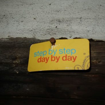 Schild Step by Step, Day by Day