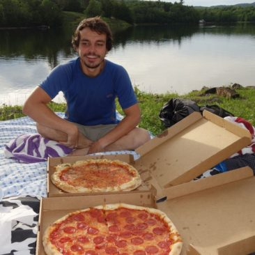 Pizza am See beim Picknick mit Mary