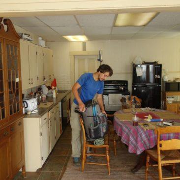 Die gemütliche Küche im Grey Elephant Hostel in Rangeley