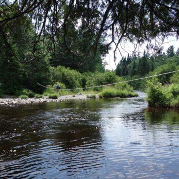 Viele Flussüberquerungen in Maine bieten Leinen als Hilfsmittel