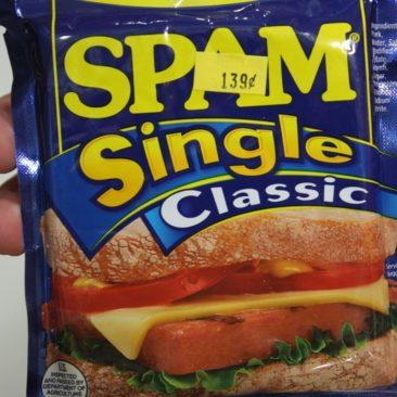 SPAM ist eine Art Frühstücksfleisch und wird auch in der praktischen Folienverpackung verkauft.