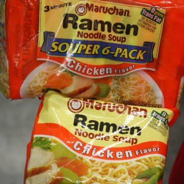 Ramen Noodles sind leckerer, als man zu Anfang glaubt. Tipp: Weniger Wasser nehmen als empfohlen ergibt eine kräftigere Suppe!