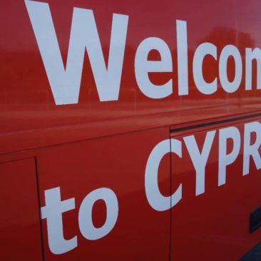 Begrüßung an einem Bus in Zypern