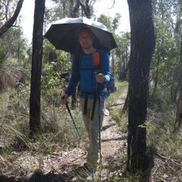 In offenem Gelände ist es ohne Sonnenschutz fast nicht auszuhalten -  der Schirm wirkt Wunder!