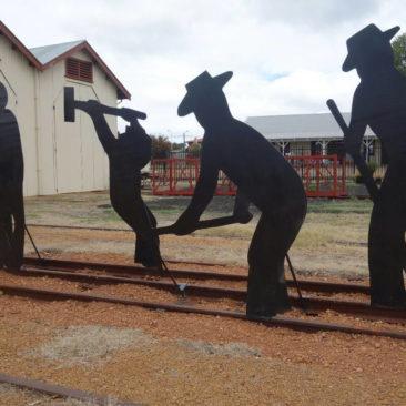 Skulptur in Collie, die an die Geschichte als Bergbauort erinnert