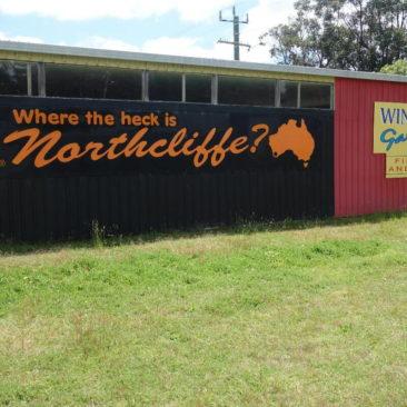 Berechtigte Frage! ;-) Die Antwort liefert der schwarze Punkt auf der orangen Karte von Australien