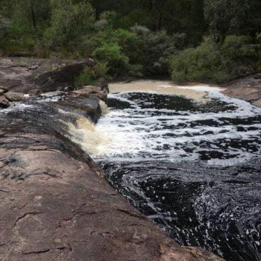Kleiner Wasserfall an der Dog Pool Shelter
