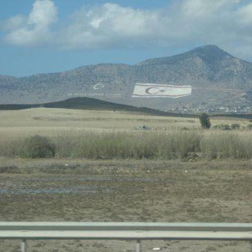 Riesige Fahne der TRNZ an einem Berghang bei Nikosia