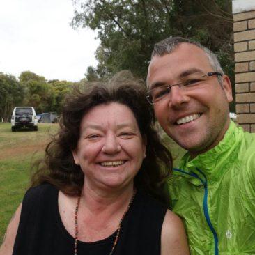 Kate (links) und Robert auf dem Campingplatz von Peaceful Bay