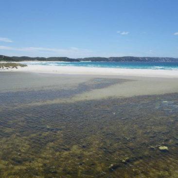 Die Sandbank, die das Wilson Inlet bei Denmark vom südlichen Ozean abtrennt