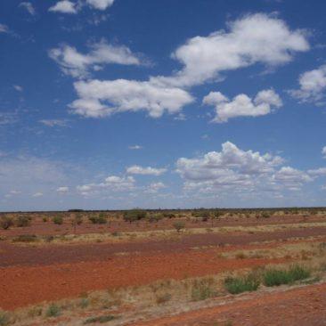 Durch die karge Wüste Australiens