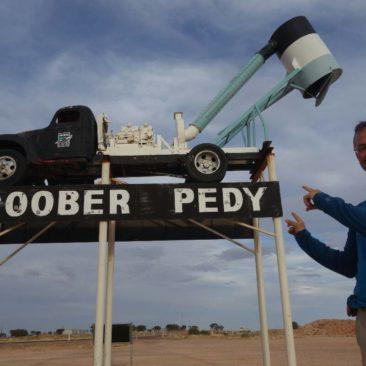 """Eines der Wahrzeichen von Coober Pedy - die typischen """"Staubsauger-Trucks"""", die zur Opalgewinnung eingesetzt werden"""