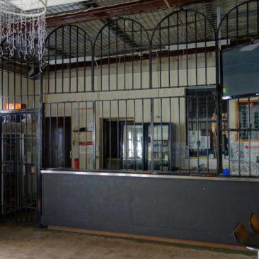 Im Gefängnis muss sogar die Bar hinter Gitter