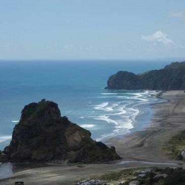 Der Strand von Piha mit dem Lion Rock