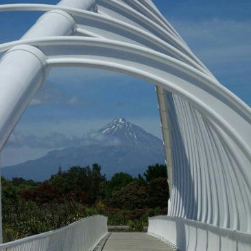 Mount Taranaki im Hintergrund, eingerahmt von einer Brücke bei New Plymouth
