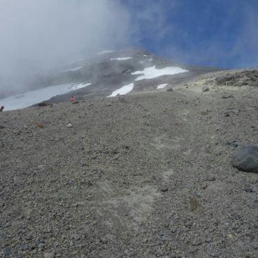 Der beschwerliche Aufstieg auf den Gipfel von Mount Taranaki