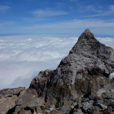 Ausblick auf ein Wolkenmeer vom Gipfel von Mount Taranaki aus