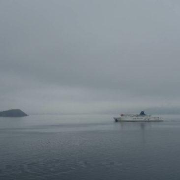 Wolkiger Himmel bei der Fährüberfahrt auf die Südinsel Neuseelands