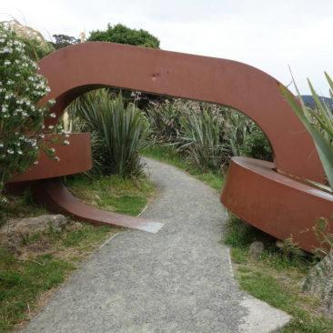 """Über diese Kette ist Stewart Island symbolisch mit dem """"Festland"""" Neuseelands verbunden"""