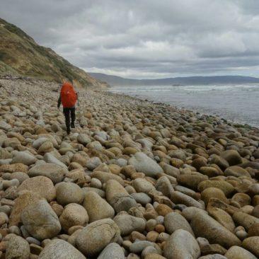 Anfangs ist der Strand an der Mason Bay recht steinig
