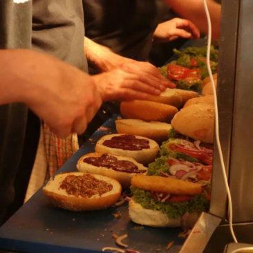 Massenproduktion aufgrund von Massenandrang bei Fergburger in Queenstown