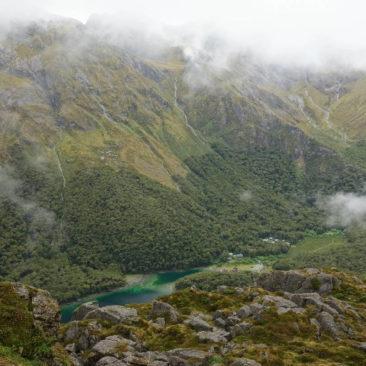 Ausblick von oben auf Lake MacKenzie und die gleichnamige Hütte