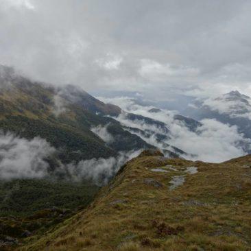 Ausblick auf die wolkenverhangene Berglandschaft des Routeburn Tracks