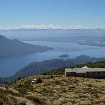 Luxmore Hut im Vordergrund und Lake Te Anau im Hintergrund