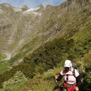 Sue beim Aufstieg zu MacKinnon Pass mit gewaltiger Bergwelt im Hintergrund