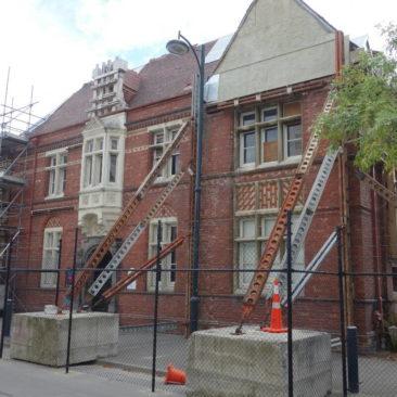 Viele Gebäude in Christchurch sind noch immer beschädigt und müssen gestützt werden