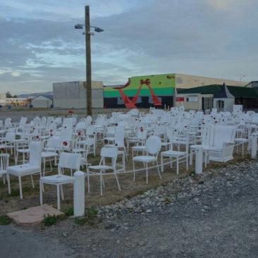 Das Denkmal für die Erdbebenopfer von Christchurch - 185 leere, unterschiedliche, weiße Stühle