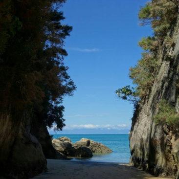 Der Konstrast von Meer und Felsen ist sehr eindrucksvoll