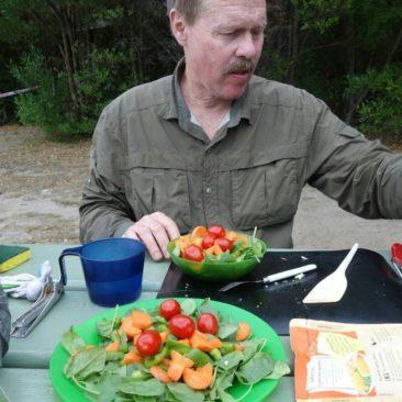 Salat zum Abendessen - Luxus auf Wandertouren, einfach auf Paddeltouren