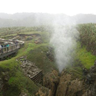 Ein kleineres, aber auch sehr aktives Blowhole an den Pancake Rocks in Punakaiki