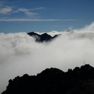 Mystische Wolkenstimmung auf dem Gipfel von Avalanche Peak im Arthur's Pass Gebiet