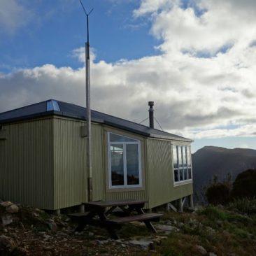 Die wirklich schön gelegene Ces Clark Hut am Croesus Track